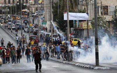 Affrontements entre manifestants palestiniens et forces de sécurité israéliennes à Bethléem, en Cisjordanie, le 19 juillet 2017. Illustration. (Crédit : Musa al-Shaer/AFP)
