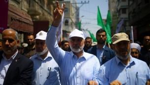 Le chef du Hamas Ismail Haniyeh et le porte-parole   Fawzi Barhoum lors d'une manifestation dans la ville de Gaza le 22 juillet 2017 contre les nouvelles mesures de sécurité mises en oeuvre en Israël sur le lieu saint, avec notamment des détecteurs de métaux et des caméras, suite à un attentat qui a tué deux policiers israéliens la semaine précédente (Crédit :   /Mohammed Abed/AFP)