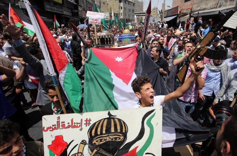 Des Jordaniens crient des slogans durant une manifestation à l'Appel du Front d'action islamique à Amman, après les prières du vendredi 21 juillet 2017, pour protester contre les nouvelles mesures de sécurité mises en place par Israël (Crédit : Khalil MAZRAAWI/AFP)