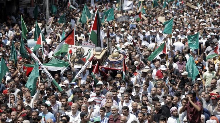 Les Jordaniens transportent un modèle du Dôme du Rocher durant une manifestation à Amman contre les nouvelles mesures sécuritaires sur le mont du Temple, le 21 juillet 2017 (Crédit :/Khalil Mazraawi/AFP)