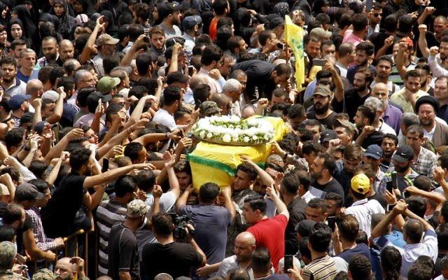 Des partisans et membres du Hezbollah aux funérailles de 6 deux leurs militants tués durant une opération militaire contre les extrémiste à Jouroud Arsaal, à la frontière syrien, le 22 juillet 2017. (Crédit : AFP PHOTO / STRINGER)