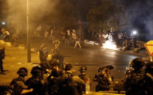 La police des frontières tire une grenade paralysante pour disperser les fidèles musulmans palestiniens à l'extérieur de la porte des Lions de la Vieille Ville de Jérusalem le 22 juillet 2017. (Crédit : AFP / Ahmad Gharabli)