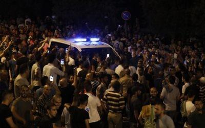 Des manifestants palestiniens tentent de bloquer des voitures de police aux abords de la porte des Lions, entrée principale au complexe du mont du Temple dans la Vieille ville de Jérusalem, le 22 juillet 2017 (Crédit : Ahmad GHARABLI/AFP PHOTO)
