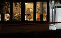 La police scientifique israélienne dans la maison dans laquelle un terroriste palestinien a poignardé quatre Israéliens, tuant trois d'entre eux, à Halamish, le 22 juillet 2017. (Crédit : Gali Tibbon/AFP)
