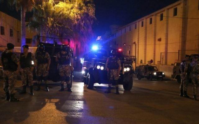 Les forces jordaniennes de sécurité montent la garde aux abords de l'ambassade israélienne à Amman suite à un 'incident', le 23 juillet 2017 (Crédit : JKhalil Mazraawi/AFP PHOTO)