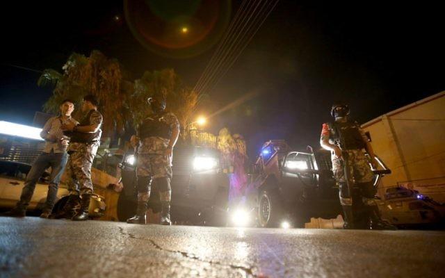 Les forces de sécurité  montent la garde aux abords de l'ambassade israélienne à Amman suite à un 'incident', le 23 juillet 2017 (Crédit : JKhalil Mazraawi/AFP PHOTO)