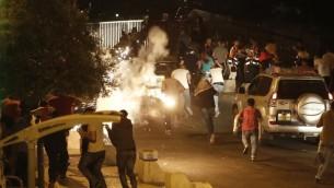 Des manifestants fuient les forces de sécurité israéliennes après des affrontements à la porte des Lions de la Vieille ville de Jérusalem, le 23 juillet 2017 (Crédit : Ahmad Gharabli/AFP PHOTO)