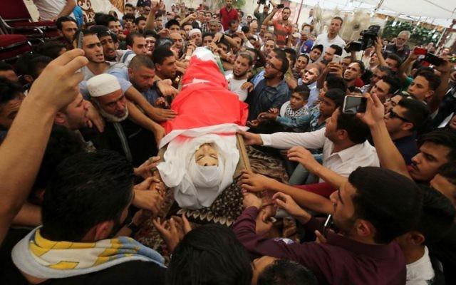 Des milliers de Jordaniens scandent « mort à Israël » lors de l'enterrement de Jawawdeh qui a été abattu par un agent de sécurité de l'ambassade d'Israël, qu'il avait attaqué. (Crédit : AFP / KHALIL MAZRAAWI)