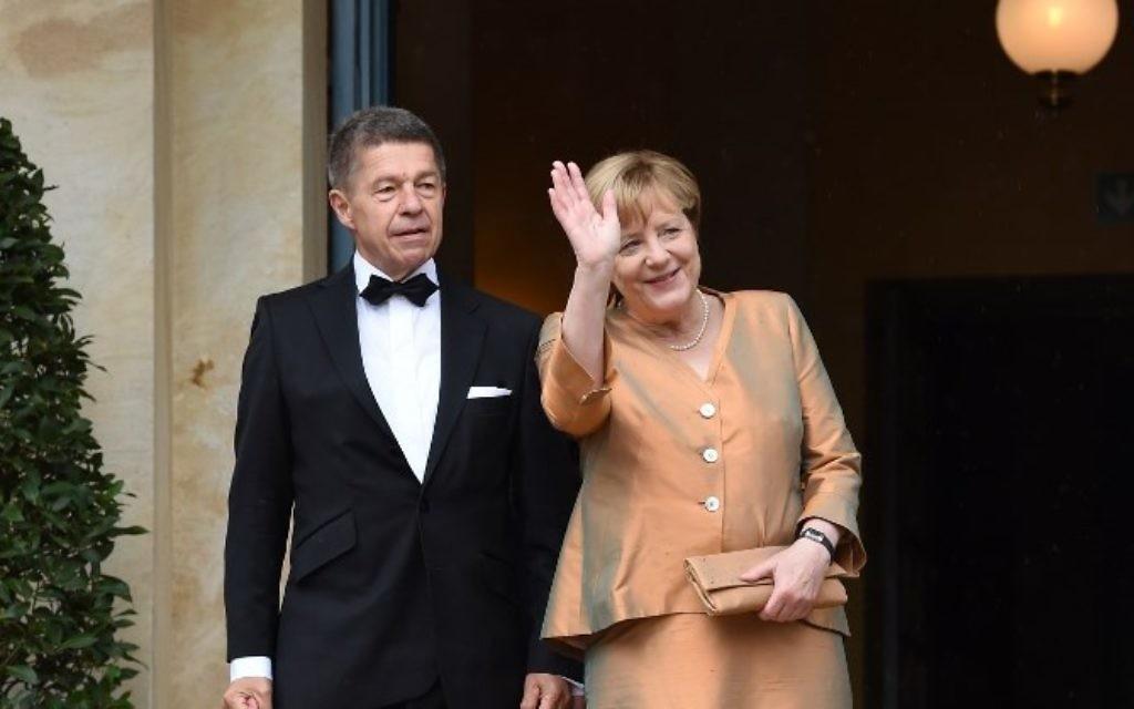 La chancelière allemande Angela Merkel (à droite) et son mari, Joachim Sauer, au Festspielhaus, le 25 juillet 2017 à Bayreuth, au sud de l'Allemagne, avant l'ouverture du festival annuel d'opéra de Bayreuth consacré aux œuvres de Richard Wagner (Crédit : AFP PHOTO / Christof STACHE)