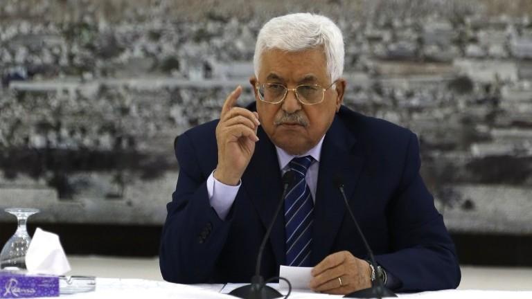 Le président Mahmoud Abbas s'exprime durant une réunion dans la ville de Ramallah en Cisjordanie, le 25 juillet 2017 (Crédit : Abbas Momani/AFP Photo)