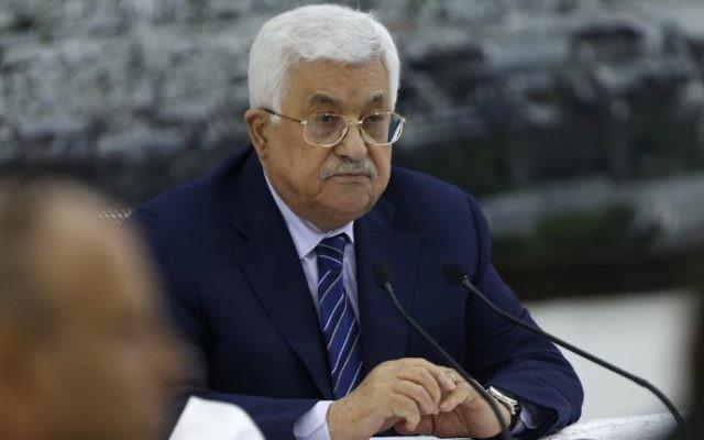 Mahmoud Abbas, président de l'Autorité palestinienne, durant une réunion à Ramallah, en Cisjordanie, le 25 juillet 2017. (Crédit : Abbas Momani/AFP)