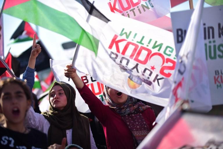 Des milliers de Turcs ont manifesté à Istanbul après la crise au mont du Temple à Istanbul, le 30 juillet 2017 (Crédit : AFP / YASIN AKGUL)