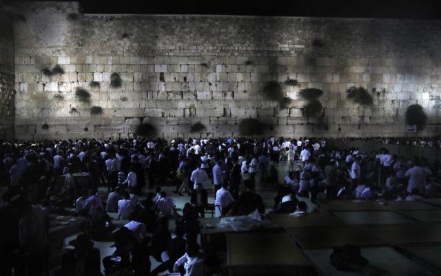 Plusieurs milliers de fidèles juifs se sont rassemblés lundi soir devant le mur Occidental, dans la Vieille Ville de Jérusalem, pour marquer Tisha Beav, le 31 juillet 2017 (Crédit : AFP/Menahem Kahana)