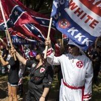 Manifestation du Ku Klux Klan contre le retrait d'une statue équestre du général confédéré Robert Lee d'un jardin public de Charlottesville, en Virginie, le 8 juillet 2017. (Crédit : Chet Strange/Getty Images/AFP)