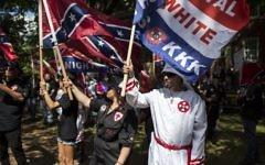 Manifestation du Ku Klux Klan contre le retrait d'une statut équestre du général confédéré Robert Lee d'un jardin public de Charlottesville, en Virginie, le 8 juillet 2017. (Crédit : Chet Strange/Getty Images/AFP)