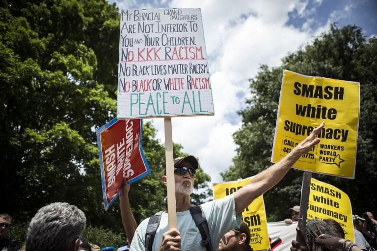 Protestation contre une manifestation du Ku Klux Klan s'opposant au retrait d'une statut équestre du général confédéré Robert Lee d'un jardin public de Charlottesville, en Virginie, le 8 juillet 2017. (Crédit : Chet Strange/Getty Images/AFP)