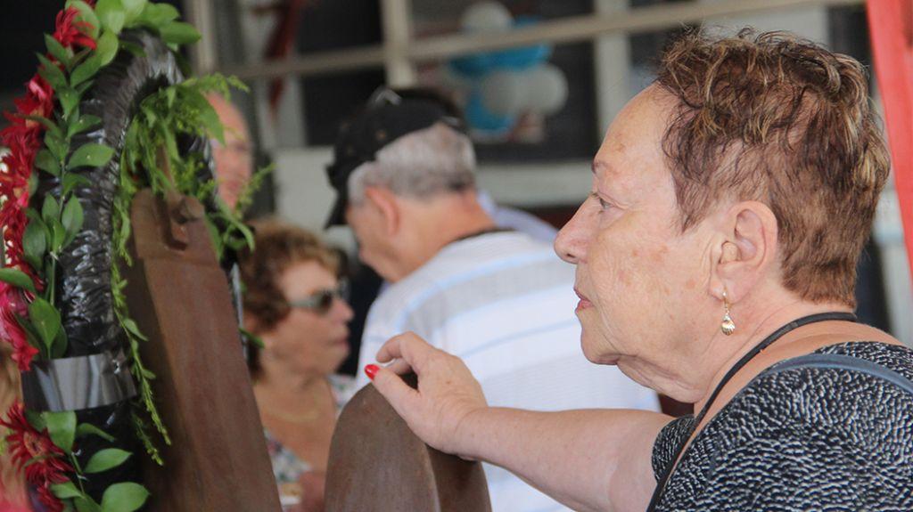 Une survivante regarde l'exposition au mémorial de l'Exodus au port de Haifa, le 18 juillet 2017 (Crédit : Laura Ben-David)