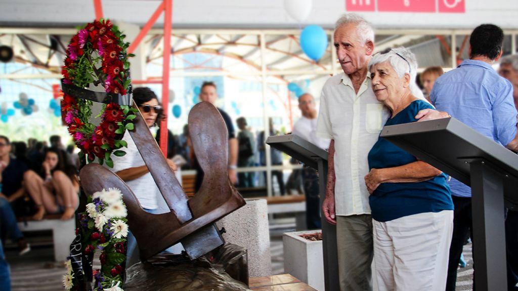 Les survivants regardent l'exposition au mémorial de l'Exodus au port de Haifa, le 18 juillet 2017 (Crédit : Laura Ben-David)