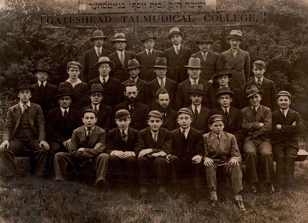 Une photo de la yeshiva Gateshead aux environs de 1930 (Crédit : CC-SA-Cecily Davis)