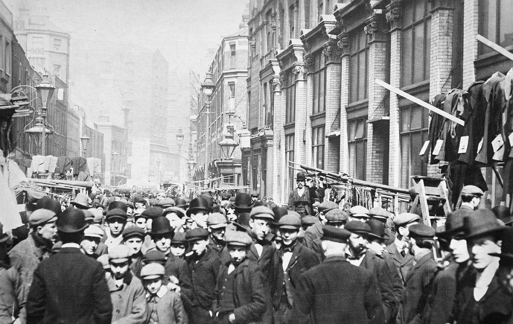 Petticoat Lane, à Londres dans les années 1920s. (Crédit : Domaine public)