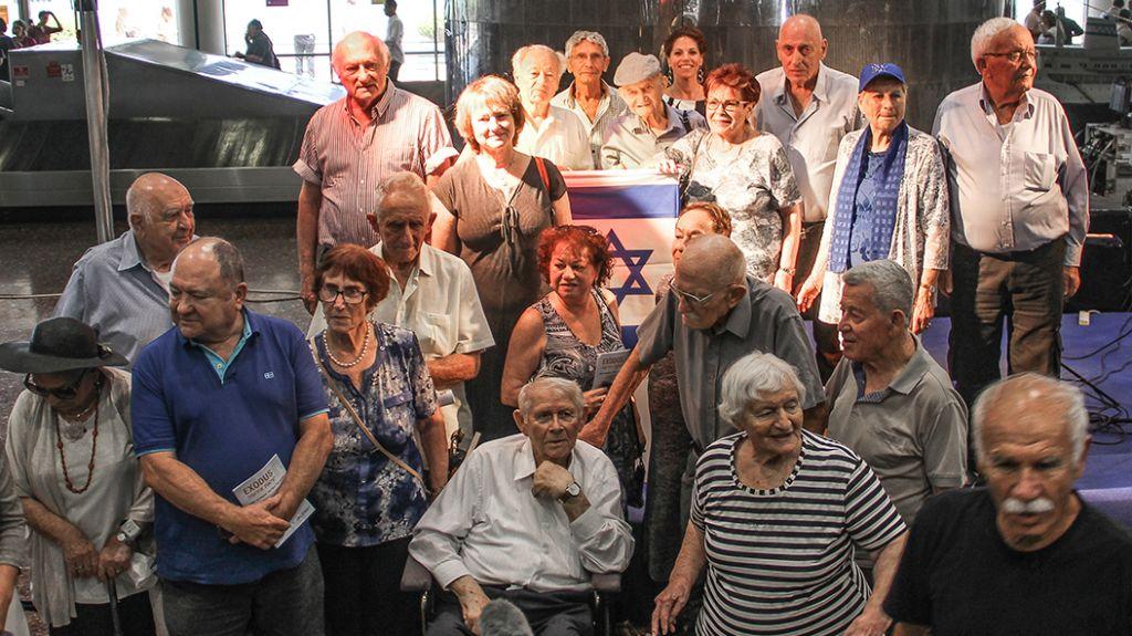 Un groupe de maapilim au mémorial de l'Exodus au port de Haifa, le 18 juillet 2017 (Crédit : Laura Ben-David)