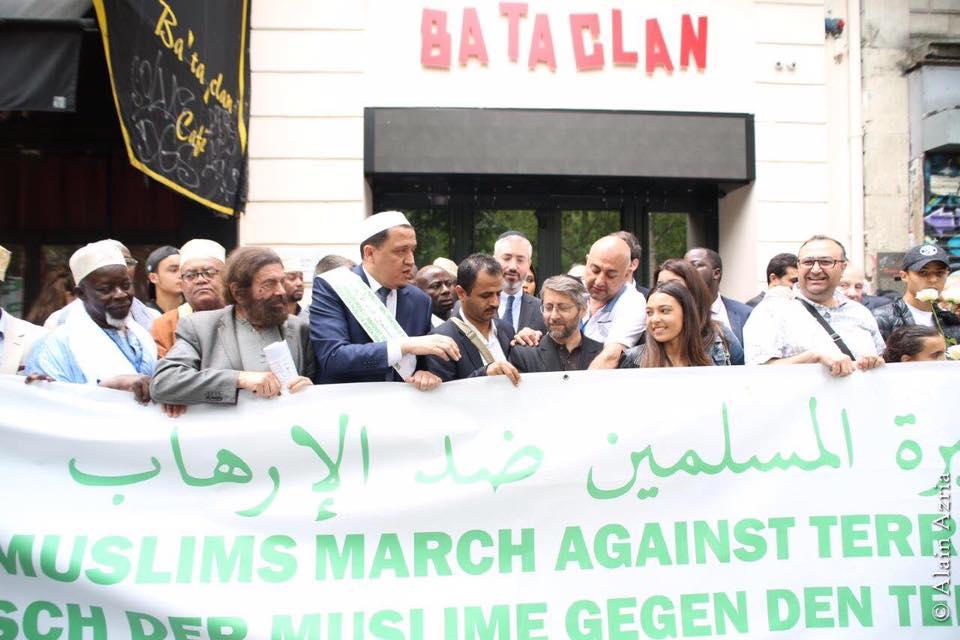 Les imams de la Marche des musulmans contre le terrorisme devant le Bataclan (Crédit : Facebook Hassen Chalgoumi)