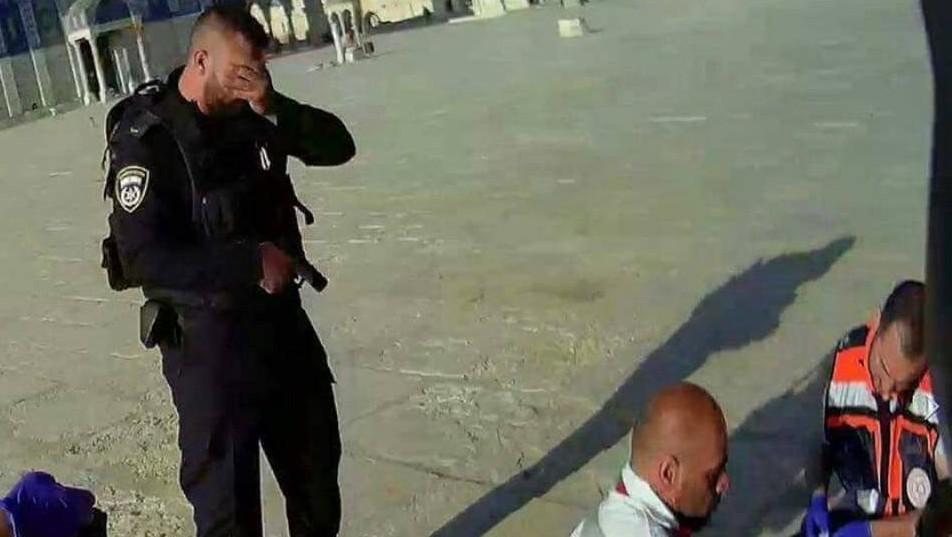 Un agent de police israélien pleure alors que les personnels médicaux tentent de réanimer l'un des deux policiers tués lors d'une attaque terroriste au mont du Temple, le vendredi 14 juillet (Capture d'écran/Facebook)