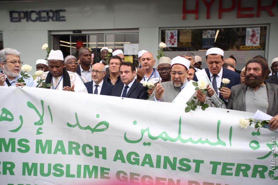 Les imams de la Marche des musulmans contre le terrorisme devant l'Hyper Casher de Vincennes (Crédit : Facebook Hassen Chalgoumi)
