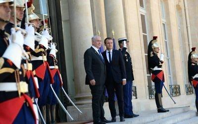 Le président français Emmanuel Macron, à droite, et le Premier ministre Benjamin Netanyahu, au palais de l'Elysée, à Paris, le 16 juillet 2017. (Crédit : Facebook/Le Likoud)