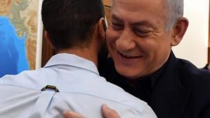 Le Premier ministre Benjamin Netanyahu, le 25 juillet 2017, avec l'agent de sécurité 'Ziv' qui a abattu deux jordaniens alors qu'il était poignardé par l'un d'entre eux au à l'ambassade d'Israël à Amman, en Jordanie le 23 juillet (Crédit : Haim Zach / GPO)