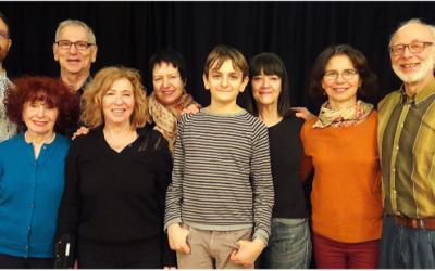 La troupe du Troïm Teater avec au centre Léopold Niborski, interprète du Petit Prince. (Crédit : Maison de la Culture yiddish)