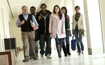 Gary Wasserman, à gauche, se promène dans un couloir sur le campus de Georgetown au Qatar avec ses étudiants en 2012. (Crédit : Georgetown University-Qatar)