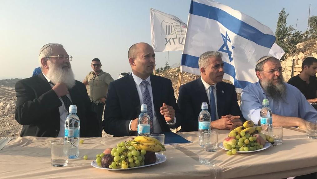 (De g à d), le ministre adjoint de la Défense Eli Ben Dahan, le ministre de l'Education Naftali Bennett, le président de Yesh Atid Yair Lapid et le président du Conseil Régional de Gush Etzion, Shlomo Neeman, lors d'une cérémonie à l'avant-poste de Netiv Ha'avot le 23 juillet 2017. (Crédit : Jacob Magid / Times of Israel)