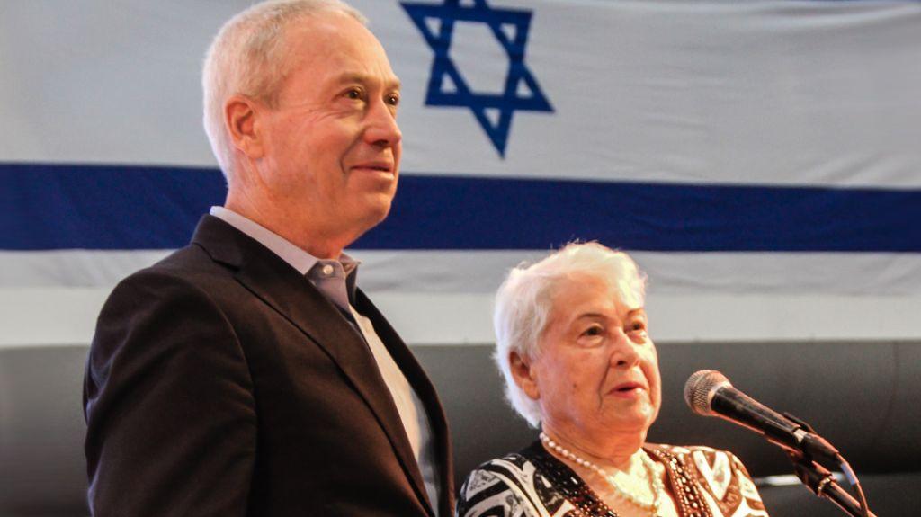 Le député Yoav Galant et sa mère, Froma Galant, qui était à bord de l'Exodus, le 18 juillet 2017 (Crédit : Laura Ben-David)