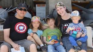 Elad Salomon, à gauche, en compagnie de son épouse Michal et de trois de leurs enfants (Autorisation)