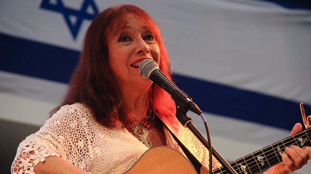 La chanteuse israélienne Shuli Natan à la cérémonie de l'Exodus au port de Haifa le 18 juillet 2017 (Crédit : Laura Ben-David)