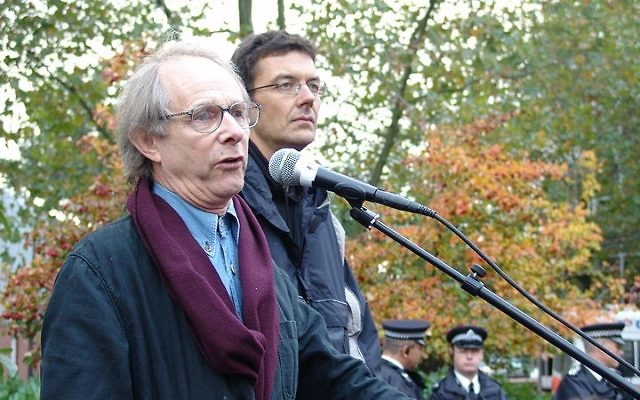 Le réalisateur Ken Loach s'exprime lors d'un rassemblement pour les droits des ouvriers à Londres (Crédit : CC BY 2.0 Bryce Edwards via Wikimedia Commons)