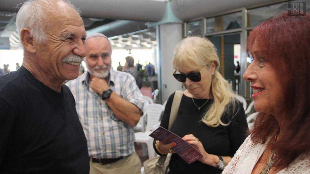 Un survivant avec la chanteuse israélienne Shuli Natan lors de la cérémonie de l'Exodus au port de Haifa le 18 juillet 2017 (Crédit : Laura Ben-David)