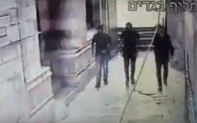 Capture d'écran de la vidéo de surveillance diffusée par la police le 20 juillet 2017. On y voit les trois terroristes de l'attentat du Mont du Temple avant la fusillade. (Crédit : Capture d'écran YouTube)