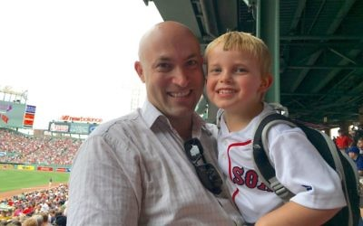 Mike Schultz et son fils Ari au Boston's Fenway Park, en 2016 (Autorisation)