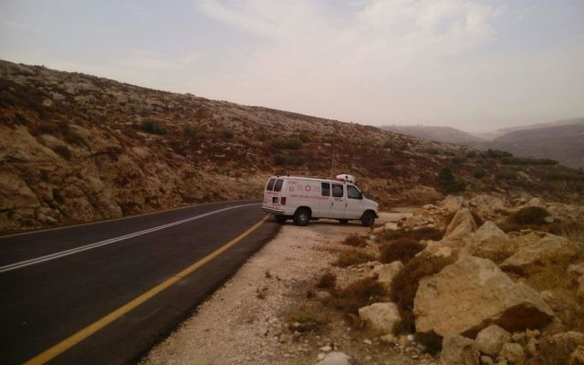 Une ambulance de Magen David Adom sur une route de Cisjordanie, en octobre 2015. Illustration. (Crédit : Magen David Adom)