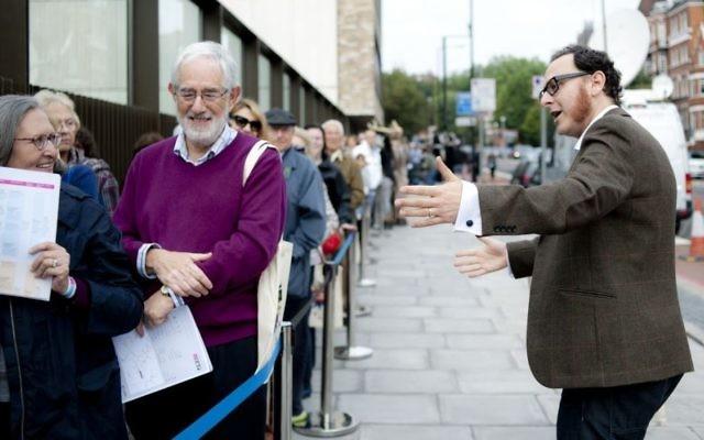 Le directeur exécutif Raymond Simonson accueille les visiteurs lors de l'ouverture de JW3, un centre communautaire, en 2013. (Crédit : Blake Ezra Photography via JTA)