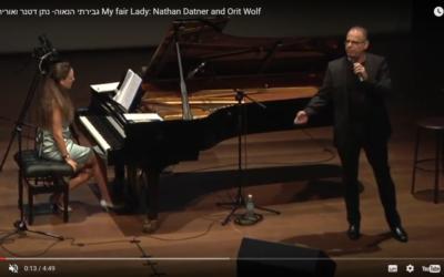 Nathan Datner et Orit Wolf sur scène (capture d'écran : Youtube)