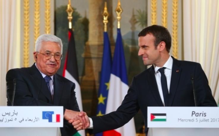 Emmanuel Macron et Mahmoud Abbas à l'Élysée le 5 juillet 2017 (Crédit : capture d'écran Elysée)