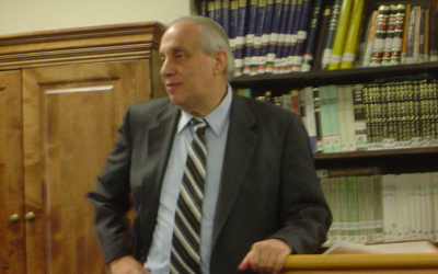 Le rabbin Avi Weiss s'exprime à l'école rabbinique de la Yeshivat Chovevei Torah le 19 Novembre 2007 (Crédit :  Drew Kaplan, CC-BY, via wikipedia)