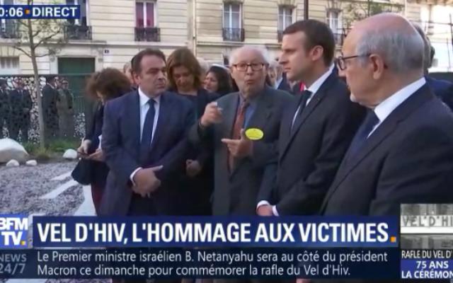 (Depuis la gauche) Joel Mergui, Serge Klarsfeld, Emmanuel Macron et Francis Kalifat, le 16 juillet 2017 (Crédit : Capture d'écran BFMTV)