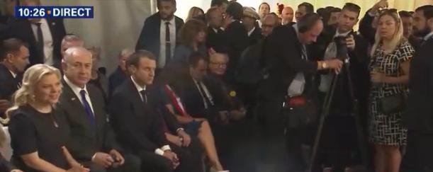 Emmanuel Macron et Benjamin Netanyahu, le 16 juillet 2017 pour les 75 ans de la rafle du Vel d'Hiv (Crédit : Capture d'écran BFMTV)