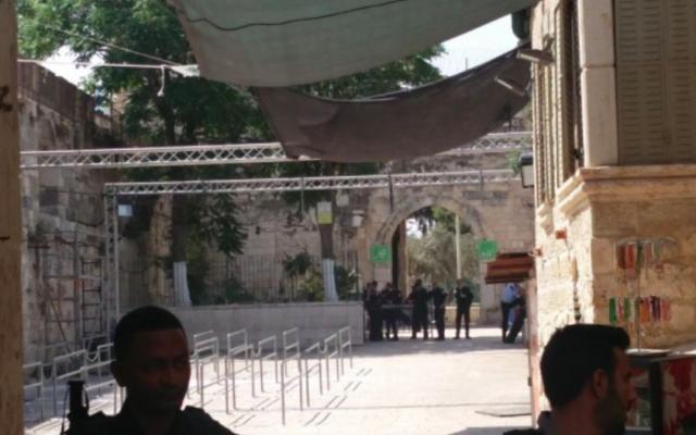 L'entrée du mont du Temple depuis la porte des Lions, après le retrait des détecteurs de métaux, le 25 juillet 2017 (Crédit : Raoul Wootliff/Times of Israel)
