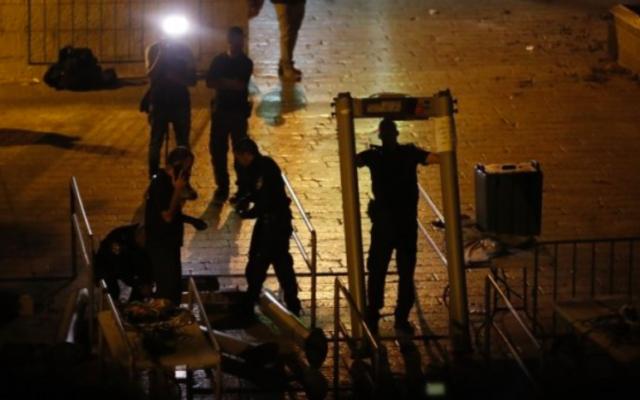 Les forces de sécurité israéliennes retirent des détecteurs de métaux à la Porte des Lions, près d'une entrée principale du mont du Temple dans la Vieille Ville de Jérusalem, le 24 juillet 2017. (Crédit : AFP / Ahmad GHARABLI)