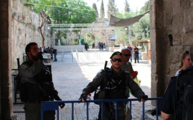 Des policiers des frontières montent la garde à l'extérieur de la porte des Lions de la Vieille Ville à Jérusalem, le 25 juillet 2017. (Crédit : Raoul Wootliff / Times of Israel)
